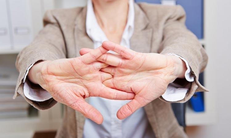 Estalar os dedos faz mal-Dr-David-Nordon-Ortopedista-Infantil